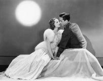 Couples se reposant ensemble dans l'amour (toutes les personnes représentées ne sont pas plus long vivantes et aucun domaine n'ex Photographie stock