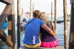 Couples se reposant ensemble et appréciant Venise Image stock