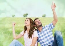 Couples se reposant et se dirigeant dans le pré Photo libre de droits