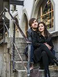 Couples se reposant et se reposant dans la ville Photographie stock