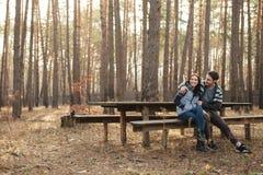 Couples se reposant et souriant sur le banc Photo libre de droits