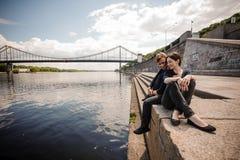 Couples se reposant par la rivière en été photo libre de droits