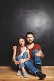 Couples se reposant près du mur Image libre de droits