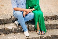 Couples se reposant sur des escaliers Photo stock