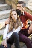Couples se reposant sur des escaliers extérieurs Photo stock