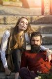 Couples se reposant sur des escaliers extérieurs Images stock
