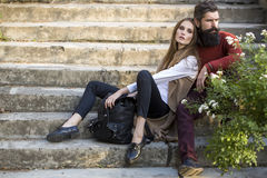 Couples se reposant sur des escaliers extérieurs Image libre de droits