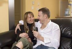 Couples se reposant sur l'agrostis vulgaire Image libre de droits