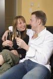 Couples se reposant sur l'agrostis vulgaire Images stock