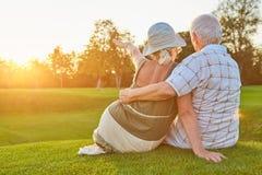 Couples se reposant sur l'herbe, été Photos libres de droits
