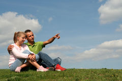 Couples se reposant sur l'herbe Image stock