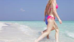 Couples se reposant sur la belle plage Image libre de droits