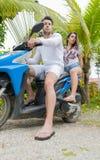 Couples se reposant sur la moto, le jeune bel homme occasionnel et la motocyclette de tour de femme sur la route par la forêt tro Photo libre de droits