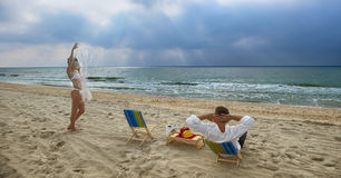 Couples se reposant sur la plage Photos libres de droits