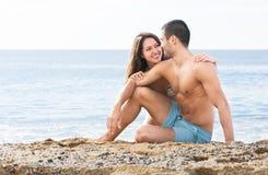 Couples se reposant sur la plage Image libre de droits