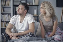 Couples se reposant sur le bâti Photographie stock libre de droits