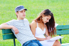 Couples se reposant sur le banc Photographie stock