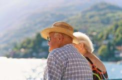 Couples se reposant sur le banc dans la station de vacances d'Ascona Image libre de droits