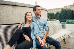 Couples se reposant sur le banc en parc de ville d'?t photos stock