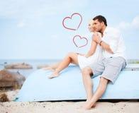 Couples se reposant sur le bateau sur le côté de mer Images libres de droits