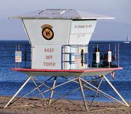 Couples se reposant sur le maître nageur Tower et observant le coucher du soleil sur la plage en Santa Cruz, la Californie Photos stock