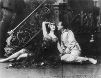 Couples se reposant sur le plancher et regardant l'un l'autre (toutes les personnes représentées ne sont pas plus long vivantes e Photo stock
