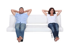 Couples se reposant sur le sofa Photos stock