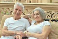 Couples se reposant sur le sofa Photographie stock