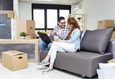Couples se reposant sur le sofa dans l'appartement photo stock