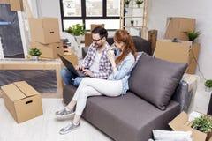 Couples se reposant sur le sofa dans l'appartement photos stock