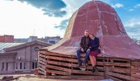 Couples se reposant sur le toit Photos libres de droits