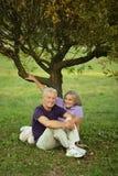 Couples se reposant sur le vert Images stock