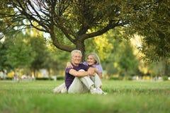 Couples se reposant sur le vert Image stock