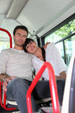 Couples se reposant sur un bus Image stock