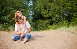 Couples se reposant sur un sable Image libre de droits