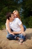 Couples se reposant sur un sable Image stock