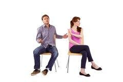 Couples se reposants ayant un argument image stock