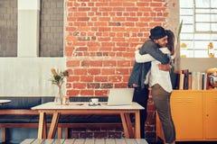Couples se saluant à un café Image stock