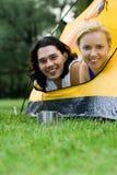 Couples se situant dans la tente Image stock