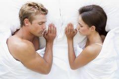 Couples se situant dans le sommeil de bâti Photos libres de droits
