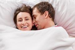 Couples se situant dans le sourire de bâti Photographie stock