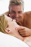 Couples se situant dans le sourire de bâti Images stock