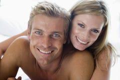Couples se situant dans le sourire de bâti Photos stock