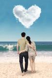 Couples se tenant à la plage Image libre de droits