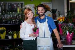 Couples se tenant avec le bouquet de fleur Photographie stock libre de droits