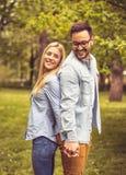Couples se tenant en parc Photo libre de droits