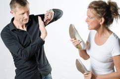 Couples se tenant et discutant avec des chaussures Image stock