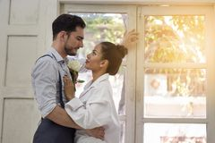 Couples se tenant prêt la fenêtre Photos stock