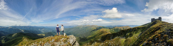 Couples se tenant sur la crête de montagne image stock