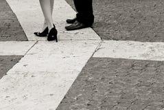 Couples se tenant sur le pavé rond Images stock